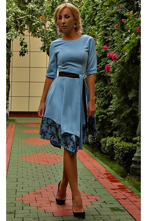 Изысканое платье с поясом AD677703 голубого цвета